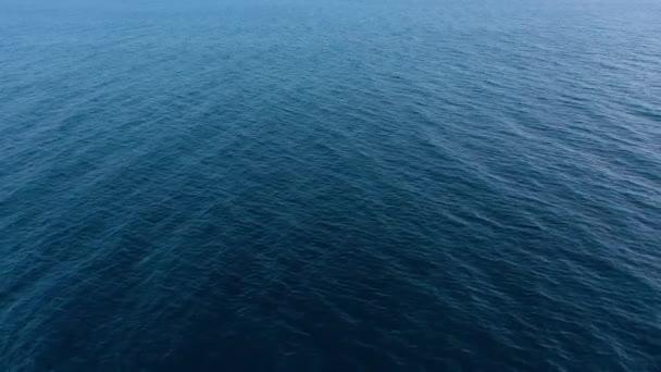 Létání nad modrým povrchem moře nebo oceánu