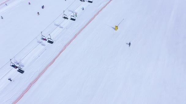 Letecký pohled na sjezdové lyžování-lyžařský výtah, lyžníky a snowboardisty