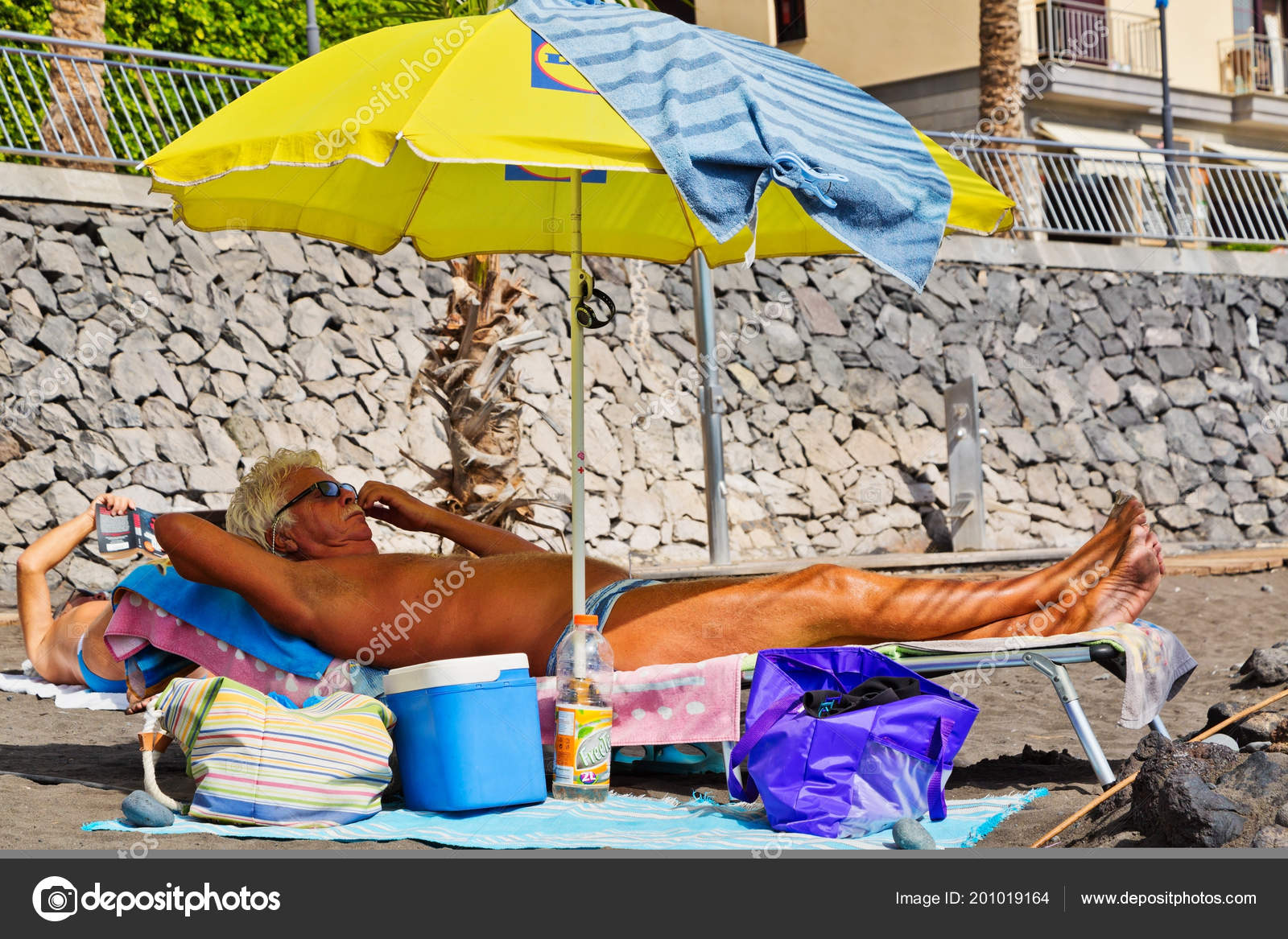 Sole Sotto L Ombrellone.Isola Tenerife Spagna Novembre 2015 Uomo Anziano Che