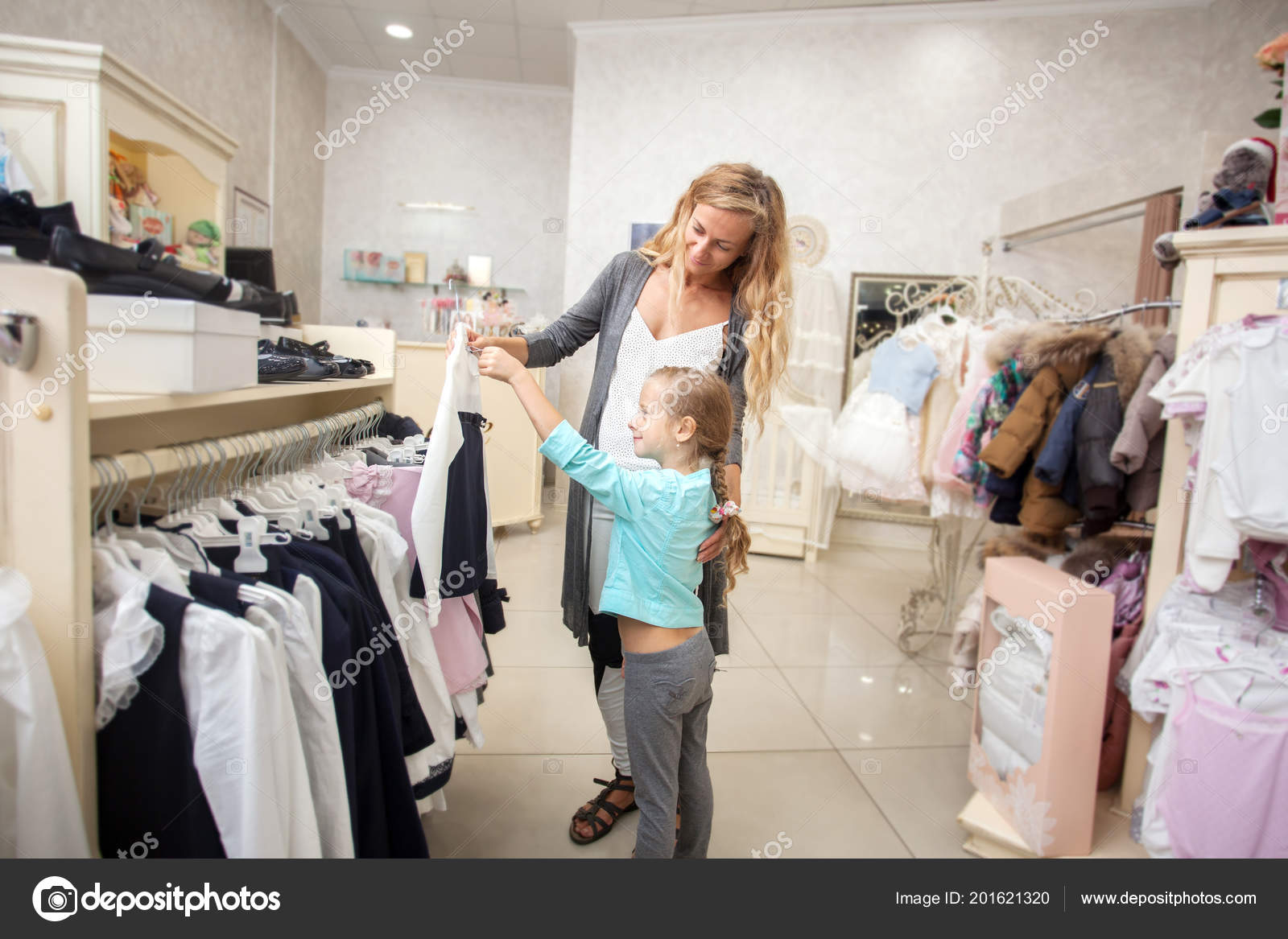 82640d560 Child Mother Children Store Happy Girl Choosing Clothes Family Shopping —  Stock Photo