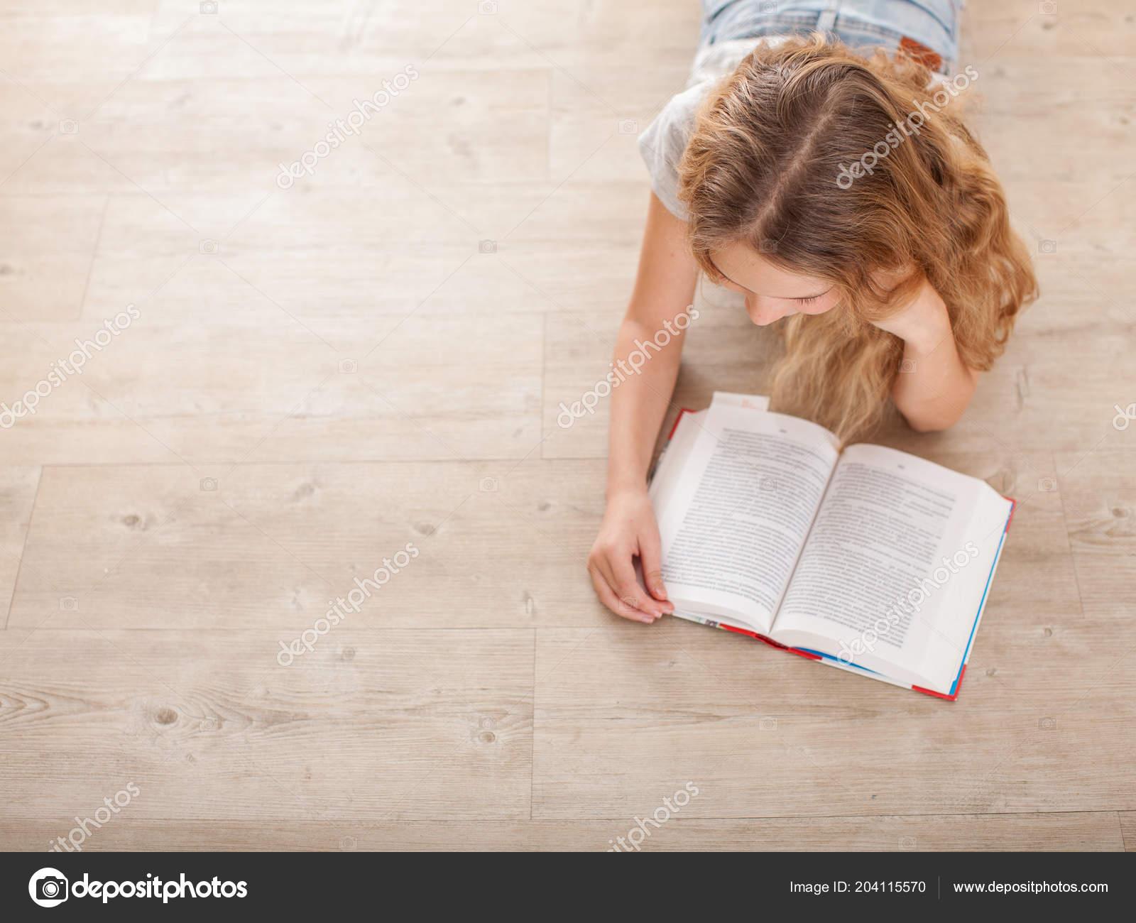Читать девушка с ребенком