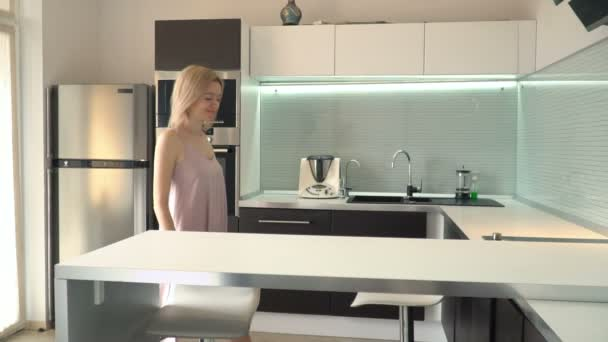 Mujer alegre sentado en la mesa en la cocina — Vídeo de stock ...
