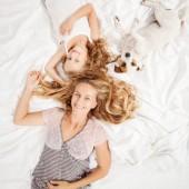 Anya gyermekével az ágyban