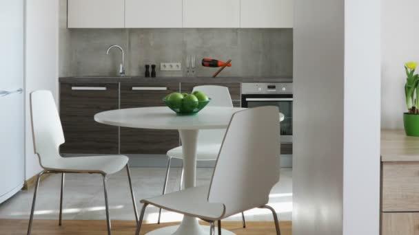 Belső lakás modern skandináv stílusú, a konyha és a munkahely. Mozgás panoráma.