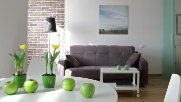 Interiér nové moderní byt ve skandinávském stylu. Pohybu panoramatický pohled. Poznámka: Fotografie na zdi byla provedena a tisknout podle mě!!!