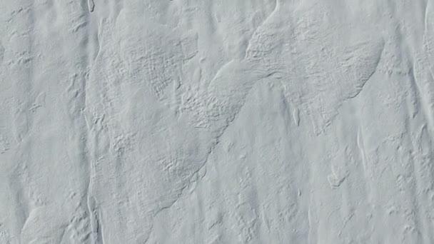 4 k. repülés és felszállás téli, légi felülnézet hó mezők felett. Fehér hó textúra.