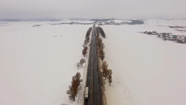 4 k. zimní silnice s řízením auta na severu. Letecký panoramatický pohled. Úběžník perspektivy.