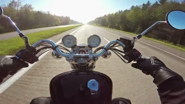 Rychlý motocykl jízda na dálnici směrem na slunci, široký úhel pohledu Rider. Klasický cruiser/chopper navždy!