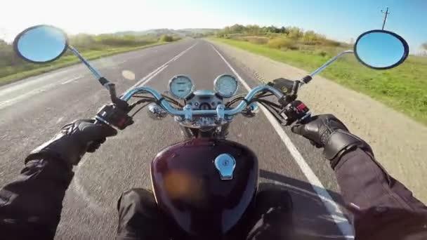 Motocykl na koni, široký úhel pohledu Rider. Klasický cruiser/chopper navždy!