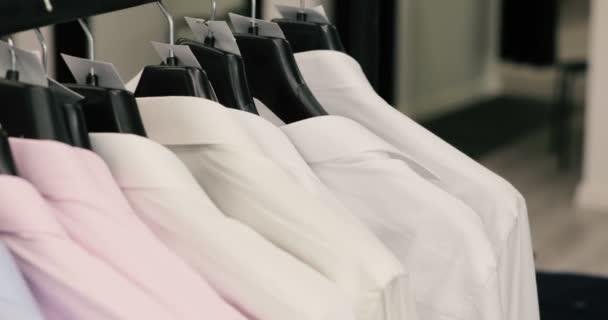 Řada mužů oblek bundy a košile na ramínka