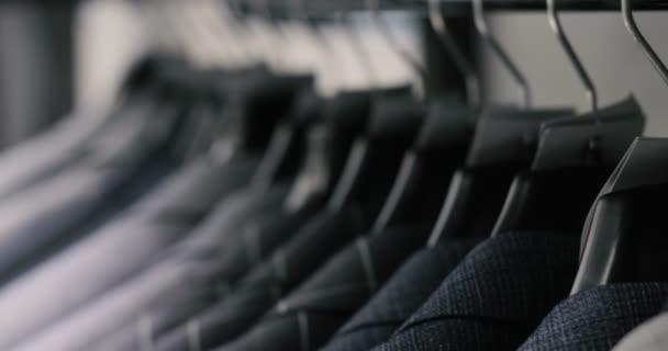 Wiersz Z Mężczyzn Garnitur Kurtki Na Wieszaki Kolekcja Nowych Piękne Ubrania Wiszące Na Wieszakach W Sklepie