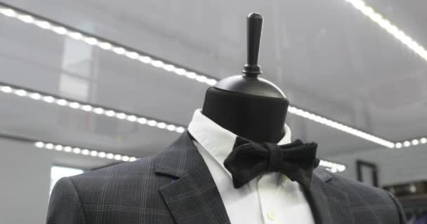 de8889c97b Interior de tienda de ropa para hombre. Trajes para hombre. Camisas para  hombre. Boutique de caro. Comprar ropa en una boutique.– metraje de stock