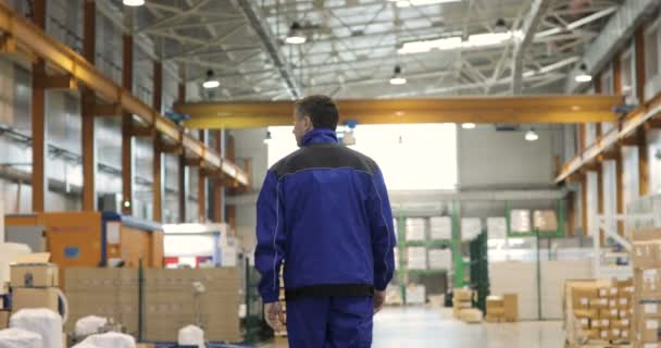 Kövesse a felvétel a gyári munkás, hogy a séta ipari létesítmények.