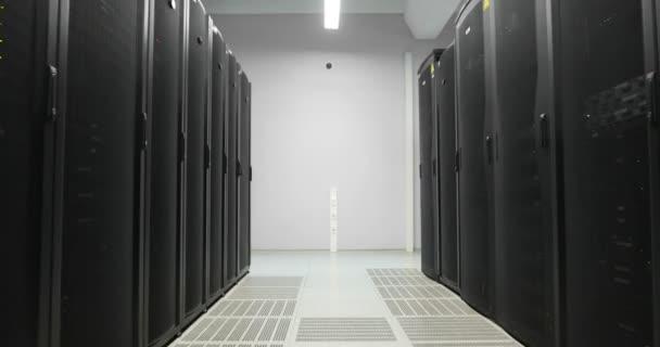 Server-Racks Walkthrough in modernen Rechenzentrum. Cloud-computing-Datacenter Server-Raum. Cloud-computing Datenspeicher