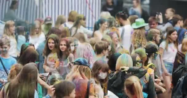 Novosibirsk, Rusko - 21.07.2018: taneční davu na Holi Festival barev. Dav lidí barevný prášek a baví.