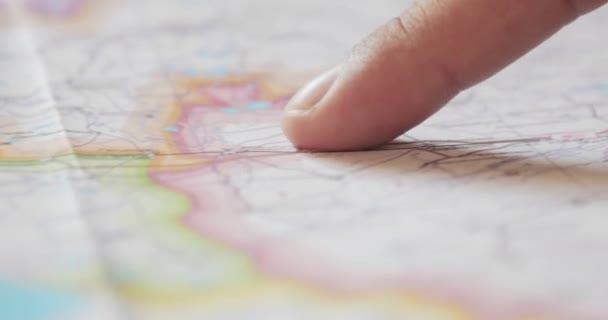 Dolly záběr Pánské prst plánování pěší výlet na mapě. 4k