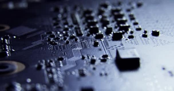 csúszka dollymacro felvételek számítógépes hardver alkatrészek chipek felületének, alaplap, cpu, curcuits 4k közelről a makró számítógépes chipek áramkörök