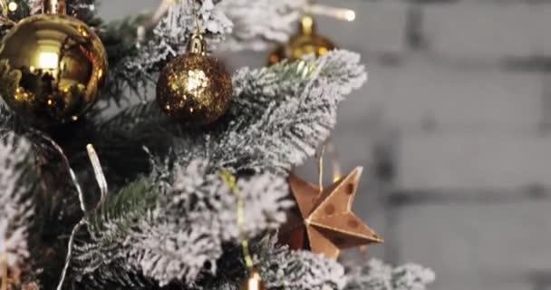 Karácsonyi labdák karácsonyfa. Színes dísz a karácsonyfa háttér