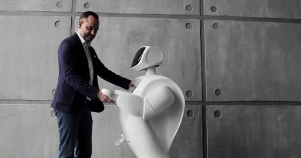 Kybernetický systém dnes. Moderní robotická technologie. Humanoidní robot autonomní. muž jeho dotykové obrazovky. High-tech systém dnes. Inovativní asistent ve společnosti