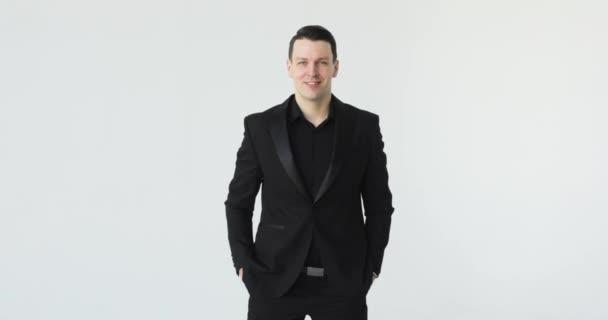 portréja egy üzletember nézi a kamerát egy fehér háttér fekete öltöny