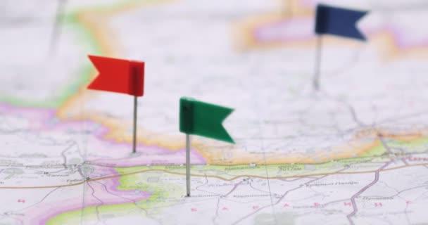 Trasa vyznačená na mapě s čepy praporků.