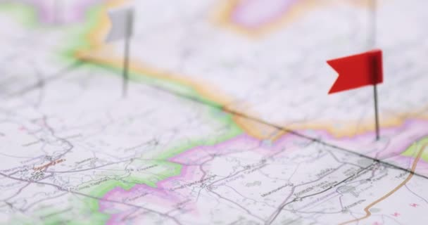 Místa k návštěvě označeného na mapě s čepy praporků.