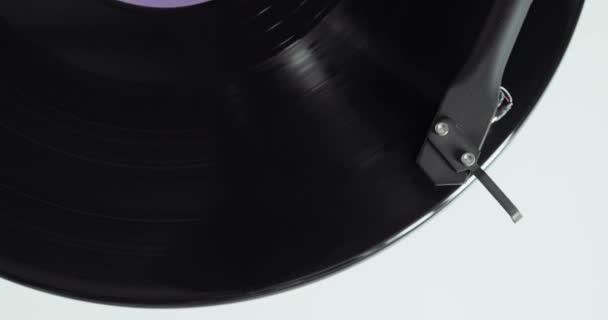 Vinyl rekord forog a lemezjátszó a kar és a tű, Vértes felülnézet.
