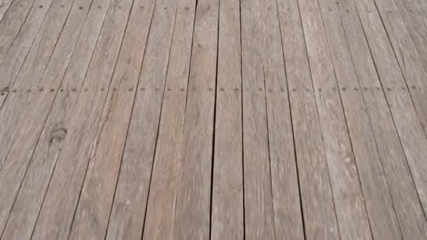 Dřevěná podlaha na dlouhé molo.