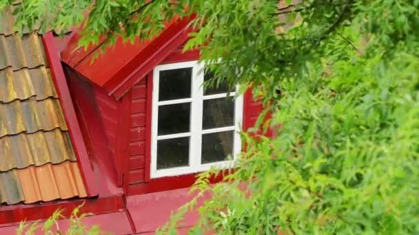 Déšť přijde pozadí krásné podkroví s windows na podkroví s červenými střechami