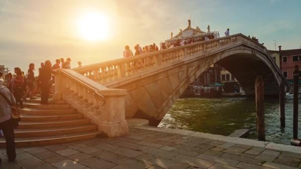 Venice, Olaszország - április 23 2018: Ponte degli Scalzi (híd a mezítláb), az egyik csak négy hidak, Velence, Olaszország, a Grand Canal span. Híd köti össze a Santa Croce és Cannaregio jelentőségűek