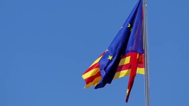 Zászlók, Mallorca, Spanyolország és az Európai Unió van csapkodott, szél ellen, blue sky.