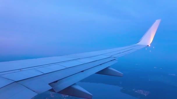 Křídlo letící letadlo sky obzor v pozadí. Výhled z okénka