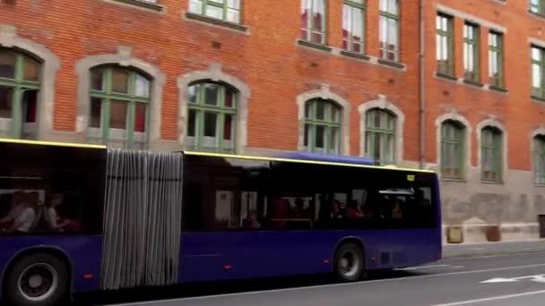 Miskolc, Magyarország-július 10 2017: a busz a Miskolc utcára megy.