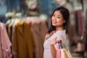 Fotografia Giovane donna con i sacchetti di shopping in un negozio