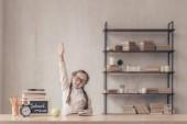 Kis tanuló húzza a kezét a stúdióban