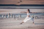 junges Mädchen praktiziert Yoga im Freien