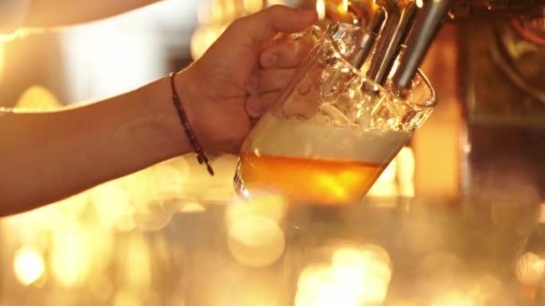 Muž nalévá pivo v hospodě