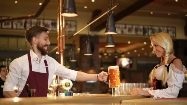 Barista e cameriera in un pub