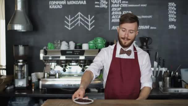 Mladý barista s šálkem kávy