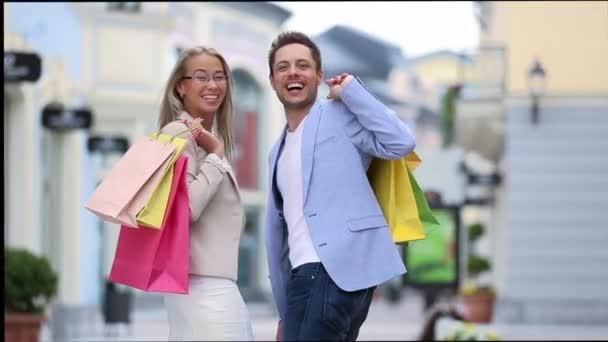 mladý pár s nákupními taškami