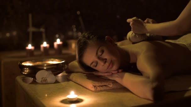 Atraktivní holka dělá masáž