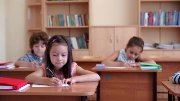 Školní děti v učebně