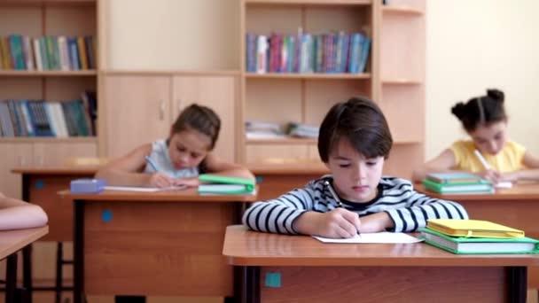 Malé školní děti v učebně