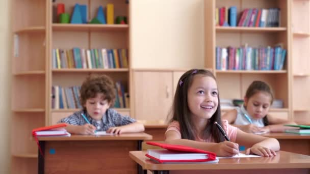 Fiatal tanulók iskolai pultnál