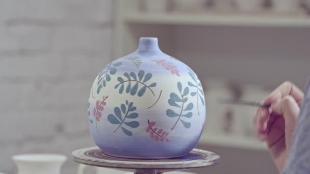 A művész fest egy váza, a stúdió