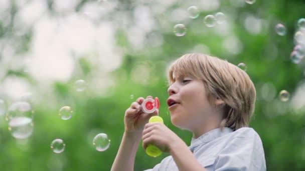 kluk, venku fouká mýdlové bubliny