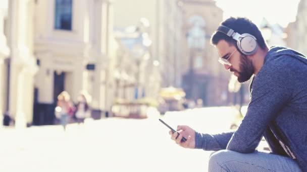 mladý muž s mobilním telefonem