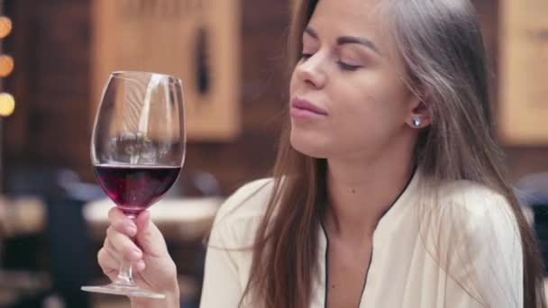 Mladá dívka pití vína