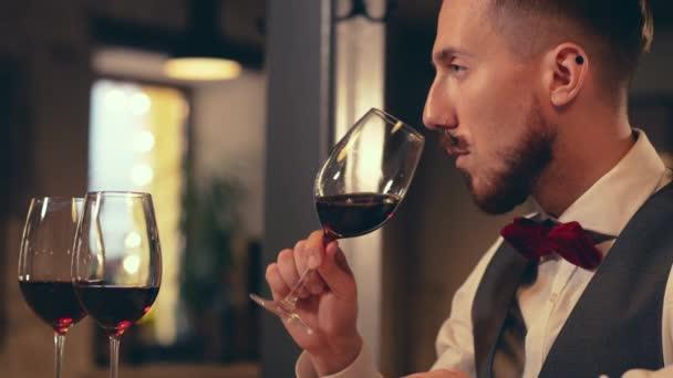 Sommelier vína uvnitř