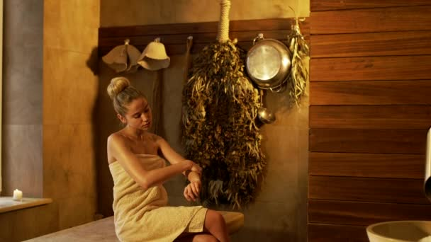 mladá žena v spa salonu